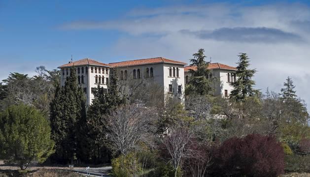 Foto del colegio e internado de Abárzuza, una edificación que se alza sobre 18.000 m2 de terreno.