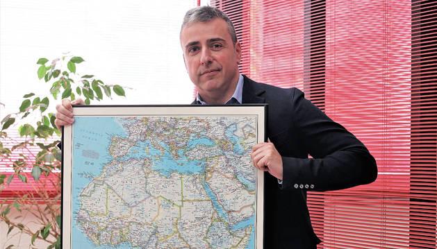 Eduardo Sanzol, presidente de Naxan, con el mapa de África, en su despacho.