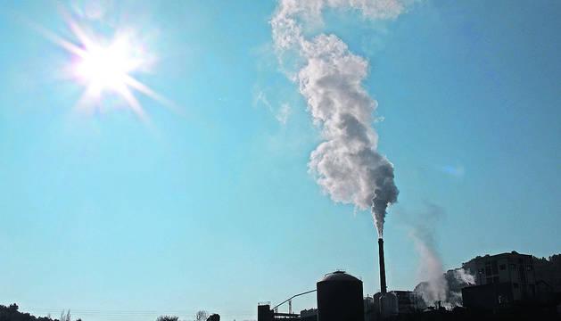 Imagen de una chimenea de una fábrica en Tierra Estella.