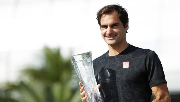 Roger Federer posa con el trofeo que le acredita como vencedor del Abierto de Miami 2019.