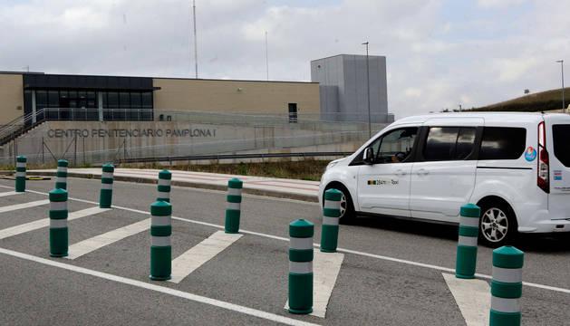 Un taxi llega al entorno penitenciario de Pamplona, en la colina de Santa Lucía.