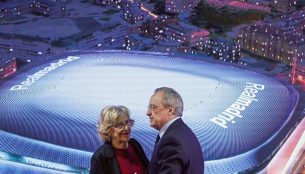 El presidente del Real Madrid, Florentino Pérez, y la alcaldesa de Madrid, Manuela Carmena , durante la presentación de la reforma del estadio Santiago Bernabéu, este martes, en Madrid.
