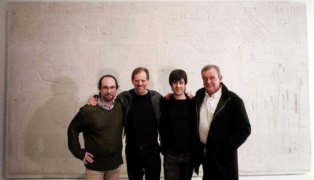 El compositor Juanjo Eslava (i), autor de la ópera 'Oteiza' que se estrenará en Pamplona en mayo, junto al bajo estadounidense Nicholas Isherwood (2i), el director musical Nacho Paz (2d) y el gerente Txema Lacunza (d), posan en el interior del Museo de Navarra.