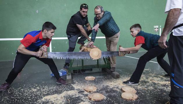 En la modalidad de 'trontza' se compite por parejas, repartiéndose el esfuerzo de cortar el tronco de madera con una sierra común. Esta prueba no la realizan en Juegos Deportivos los deportistas de categoría alevín.