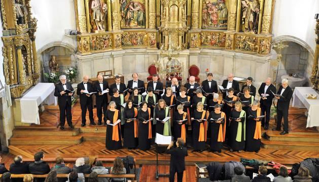 La Coral San Miguel de Aoiz, dirigida por Aitziber Martxueta, en una actuación ofrecida a finales del pasado año en la parroquia de Urdiain.