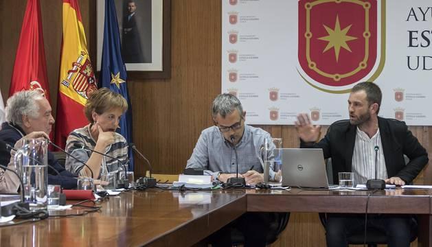 Foto del alcalde, Koldo Leoz, responde en el pleno a los regionalistas Begoña Ganuza y Javier del Cazo.