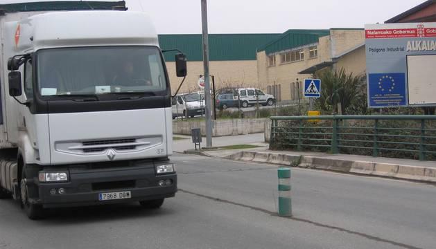 Un camión circula por una de las vías del polígono de Alkaiaga.
