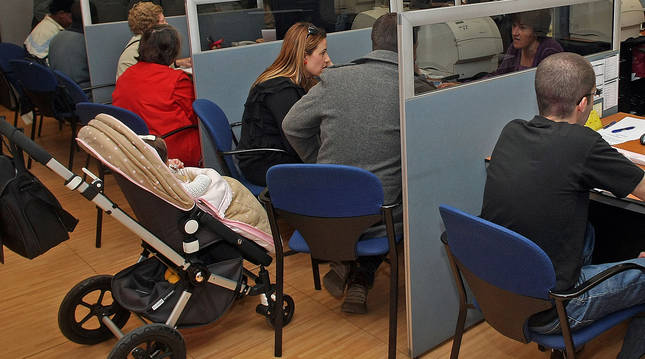Varias personas realizan la declaración de la renta en una campaña anterior.