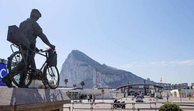 Vista de la frontera con Gibraltar con el Peñón por detrás.