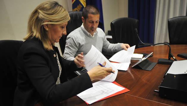 Foto de Mª Victoria Vidaurre Garcés, presidenta de Ademna, y Juan Carlos Castillo, alcalde de Peralta, firmaron ayer el convenio.