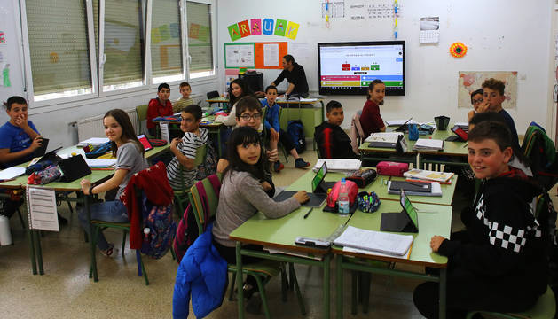 En una dinámica de ciencias sociales y naturales, los alumnos de sexto curso resuelven incógnitas con el apoyo de 'tablets'.