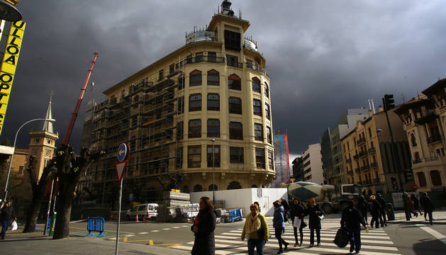 El reloj, ya apagado, ocupa la parte central y más alta del edificio de la antigua Vasco Navarra.