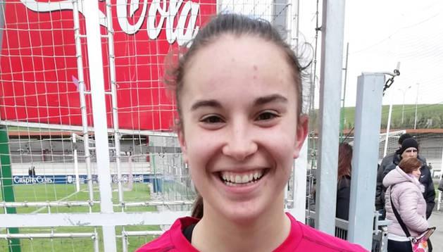 Sara Carrillo posa con el balón con el que anotó los tres goles.