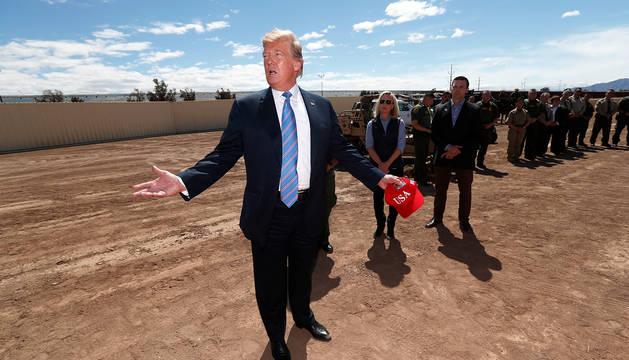 El presidente norteamericano, Donald Trump, junto al punto fronterizo de Calexico, en California.