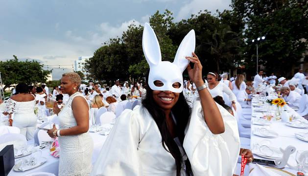 Una de las invitadas sonríe con una máscara durante la cita en La Habana.