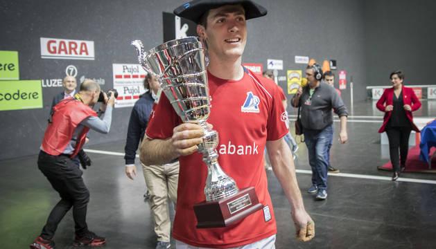 Beñat Rezusta, con la txapela y el trofeo de campeón.