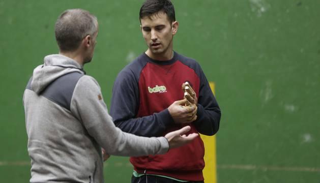 Rubén Beloki le da indicaciones a Mikel Urrutikoetxea.
