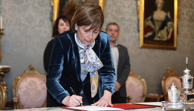 Barkos firma la convocatoria de elecciones al Parlamento de Navarra, que se celebrarán el 26 de mayo.