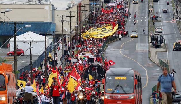 Simpatizantes del expresidente de Brasil Luiz Inácio Lula da Silva discurren en una marcha en Curitiba.