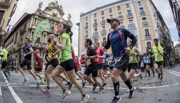 Participantes en la Media Maratón, frente al Ayuntamiento, en la edición de 2018.
