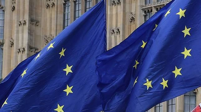 Foto de banderas de la Unión Europea ondean junto a la Union Jack (d) frente al Parlamento, este martes, en Londres, Reino Unido.
