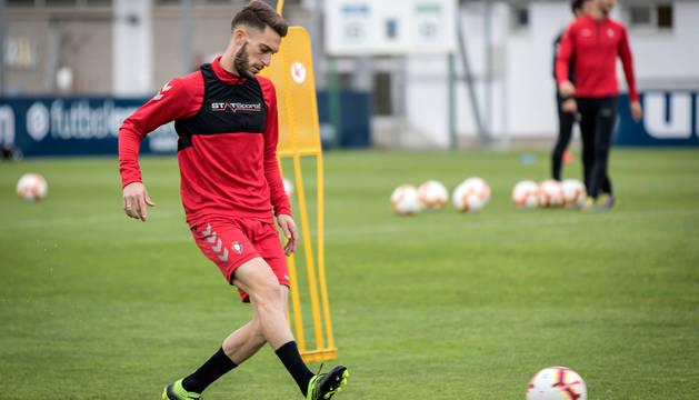 Roberto Torres, durante un entrenamiento con Osasuna.