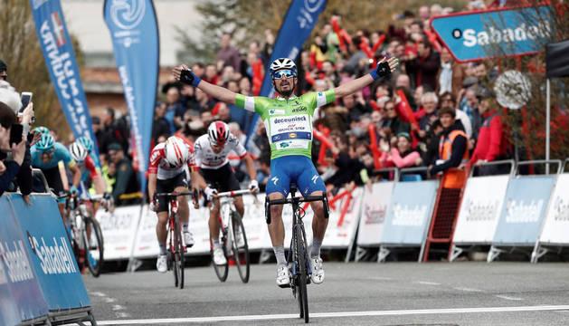 El corredor francés del Deceuninck Quick Step Julian Alaphillipe entra vencedor en la meta de Gorraiz.