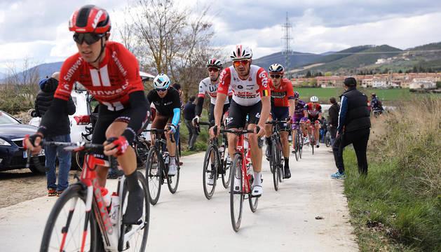 El pelotón discurre por uno de los tramos de sterrato durante la segunda etapa de la Vuelta al País Vasco a su paso por Navarra.