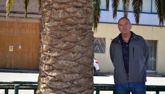El exciclista Javier Luquin posa en la localidad riojana de Calahorra, donde actualmente trabaja vendiendo máquinas de café.