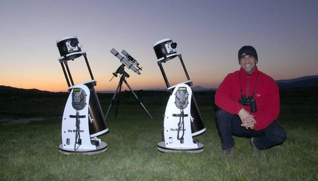 El fotógrafo y divulgador astronómico Jon Teus Guezala, en un punto de observación.