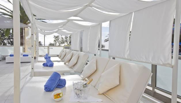 Se trata del hotel Fona Mallorca, situado en la localidad de S'Illot, en primera línea de mar y a 50 metros de la playa de Sa Coma.