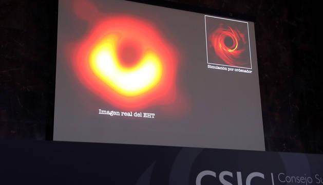 Imagen proyectada en el Centro Superior de Investigaciones Científicas (CSIC) de la primera imagen obtenida de un agujero negro, uno de los grandes misterios del Universo.