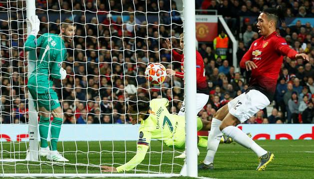 De Gea observa en el poste cómo entra el balón tras el cabezazo de Suárez con COutinho lanzándose por si era necesario remachar.