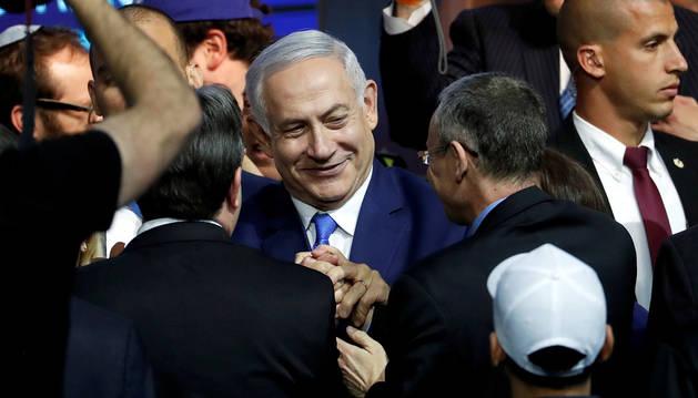 Netanyahu es felicitado por simpatizantes de su partido, el Likud.