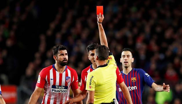 Momento en el que el colegiado, Gil Manzano, muestra la roja a Diego Costa.