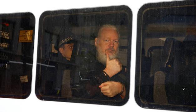 Julian Assange, detenido por la Policía en la Embajada de Ecuador en Londres