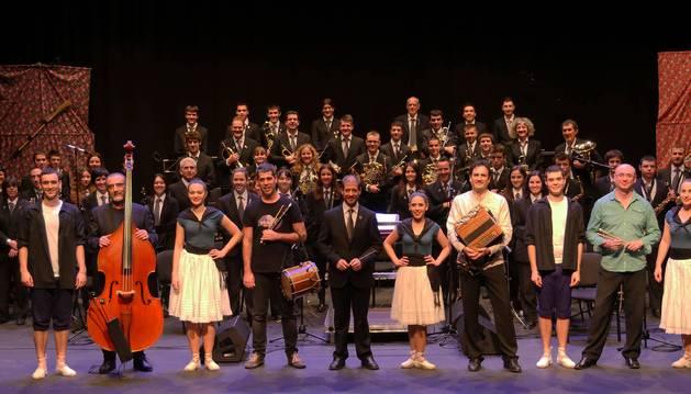 Los miembros de Mielotxin, con los bailarines de Lauarin, los miembros de La Tafallesa y su director, Óscar de Esteban.
