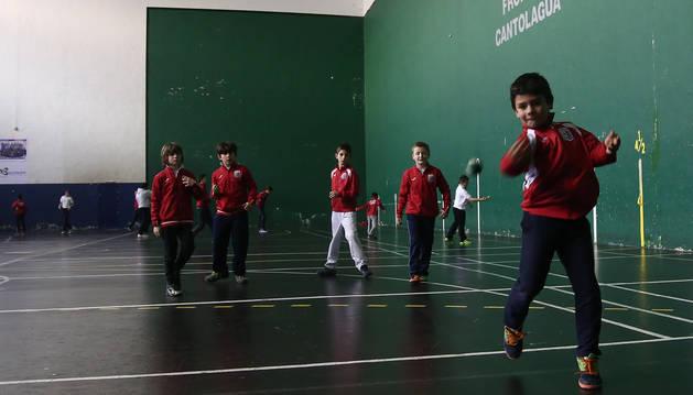 Entrenamiento de la escuela de pelota en las instalaciones deportivas de Cantolagua de Sangüesa.