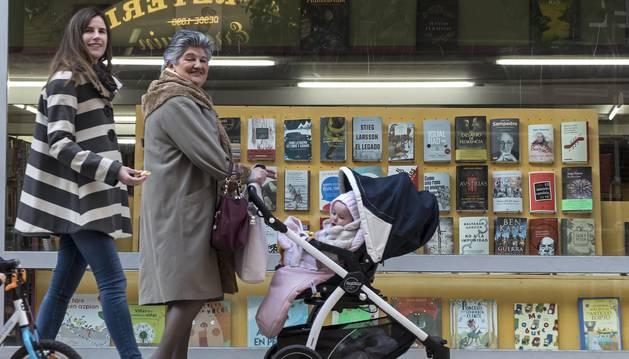 Libros en el escaparate de un establecimiento especializado de Estella. Desde el martes, serán la imagen de 36 comercios de la ciudad.