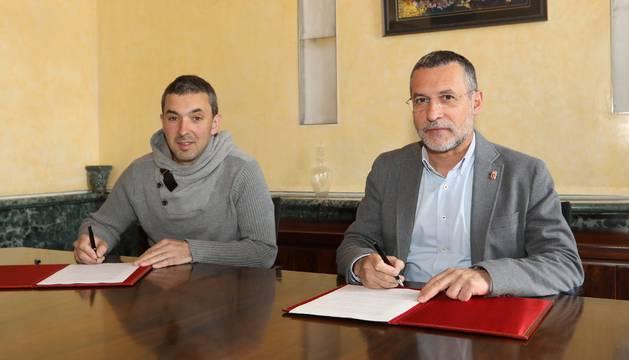 Laparra y Fran Juampérez en un momento de la firma del convenio
