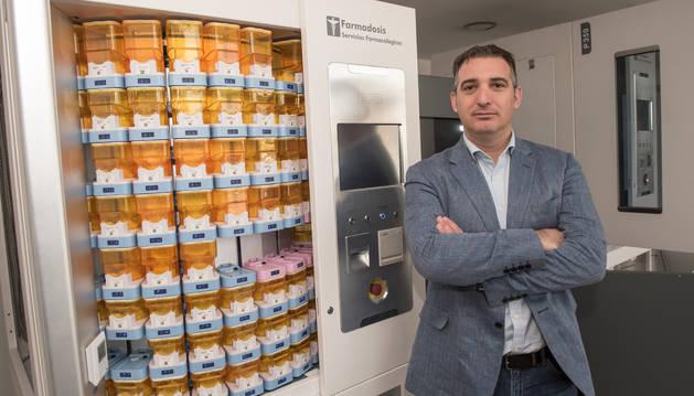 Asier Zubillaga Cerdán posa junto a una de las máquinas que ya ha conseguido llevar a 25 países.