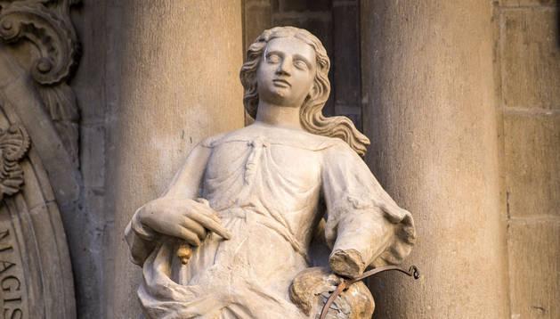 La estatua de la Justicia, sin espada en su mano derecha.