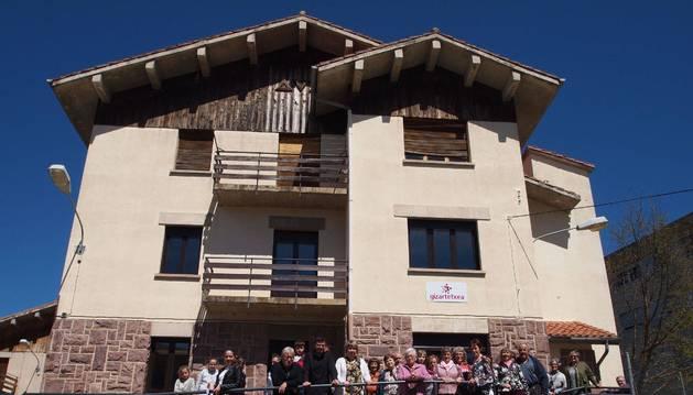 Vecinos de Aoiz que este sábado participaron en la jornada de puertas abiertas del edificio social 'Gizartetxea'