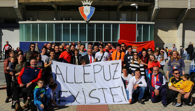 Uxue Barkos, Luis Sabalza y Patxi Puñal dieron la bienvenida a los vecinos de Allepuz, que portaron esta reivindicativa pancarta.