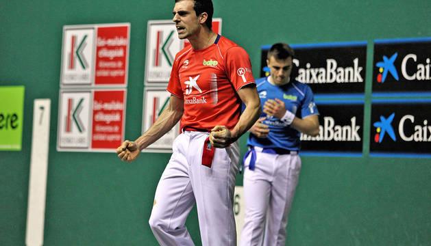 Asier Agirre celebra la consecución de un tanto en su victoria de este sábado ante un Peña II, que se lesionó.