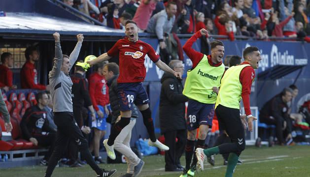 Los jugadores del banquillo de Osasuna celebran la victoria al final del partido.
