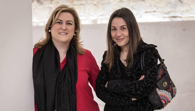 La psicóloga familiar Olatz Ormaetxea y la abogada de familia Nerea Rapado,  ayer en Baluarte.