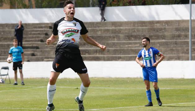 El delantero Toni Gabarre celebra su gol, el decimocuarto de la temporada, a cinco minutos del final, en el Ciudad de Tudela.