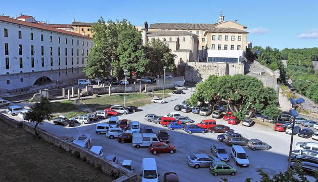 A la izquierda, edificio del departamento de Educación, junto al aparcamiento de Santo Domingo.