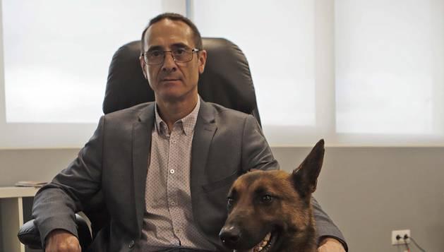 Miguel Vidal Sanjuan, en la sede de Denor, junto a Dandy, experto en localizar chinches y termitas.